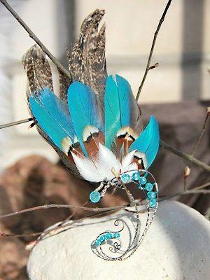 яркие серьги с перьями