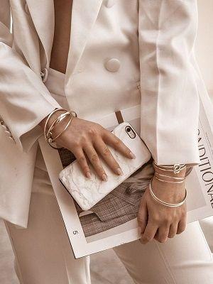 несколько браслетов на руках