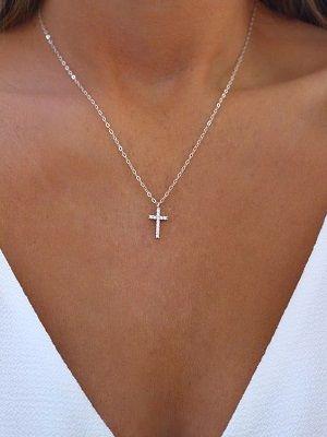 серебряный крестик на шее