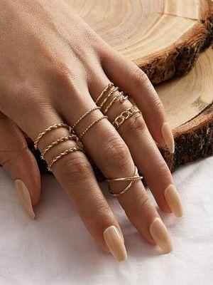 золотые кольца на руке