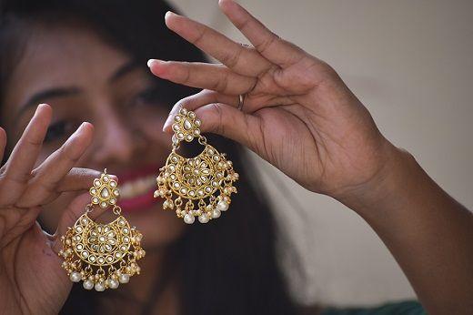 Женщина с традиционными индийскими украшениями