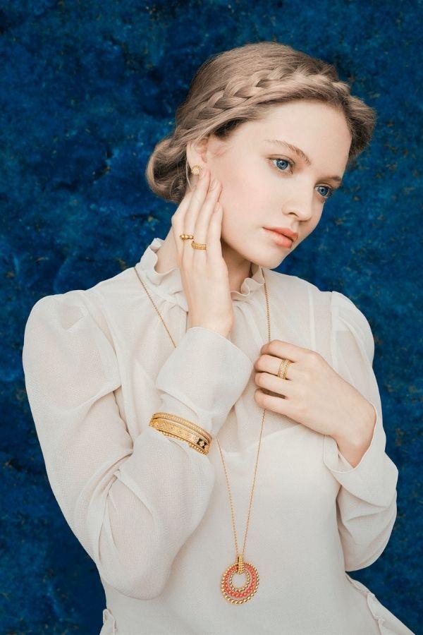 Новые дизайны Perlée Sweet Clovers вдохновят на бесконечные комбинации со всеми украшениями и часами Van Cleef & Arpels