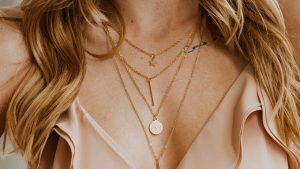 Как носить несколько ожерелий сразу? Советы по созданию утонченного образа