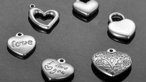 Подвески из ювелирной стали: особенности, как выбрать и носить