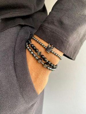 сочетание браслетов на руке