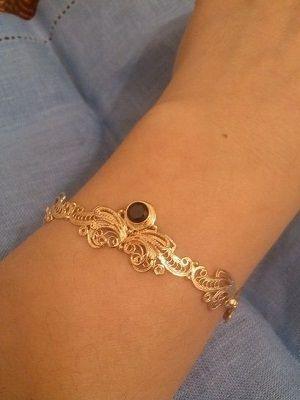 золотой браслет на руке