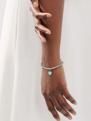 браслет с подвеской на руке