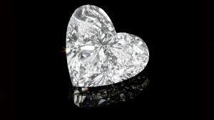 На онлайн-аукцион Christie's «Summer Sparkle» выставлен 24-каратный бриллиант в форме сердца