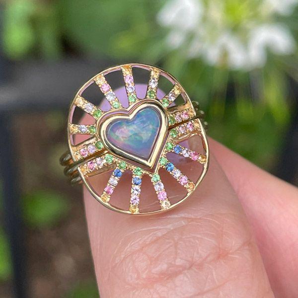Кольцо Nesting из желтого золота 14 карат с опалом в форме сердца весом 0,53 карата и разноцветными сапфирами