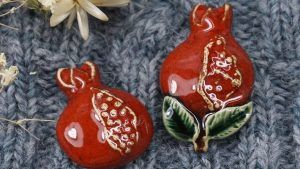 Керамические броши: особенности выбора, как носить