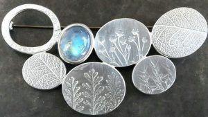 Брошь с лунным камнем: особенности выбора украшения