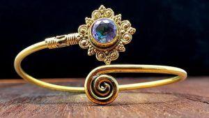 Золотой браслет с топазами: особенности, как выбрать и носить