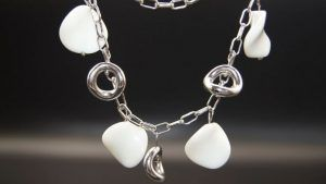 Серебряное колье с ониксом: как выбрать и носить