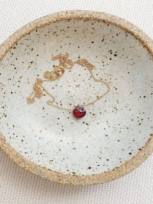 золотое колье с драгоценным камнем