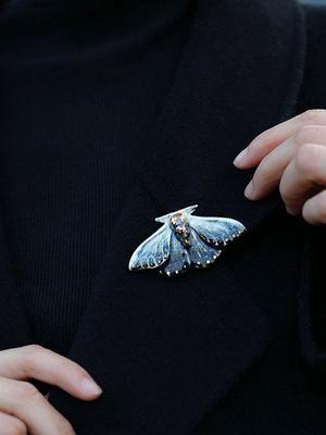 как носить брошь с крыльями бабочки
