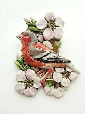 брошь в виде птицы и цветов