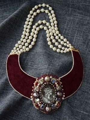 украшение на шею с камеей и камнями