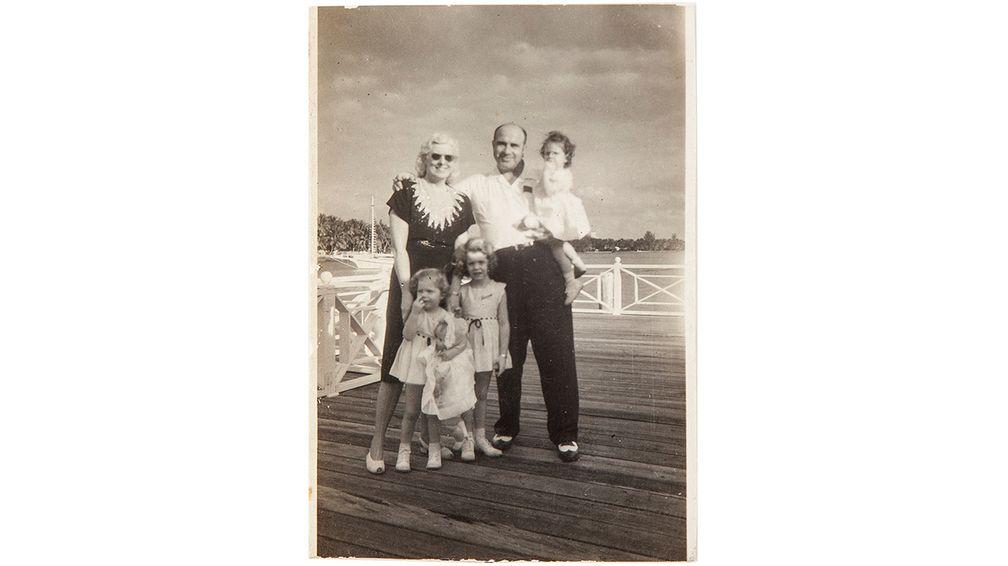 Фото, на котором Мэй и Аль Капоне стоят на пирсе со своими внучками Барбарой, Дайан и Ронни в Рождество 1946 года
