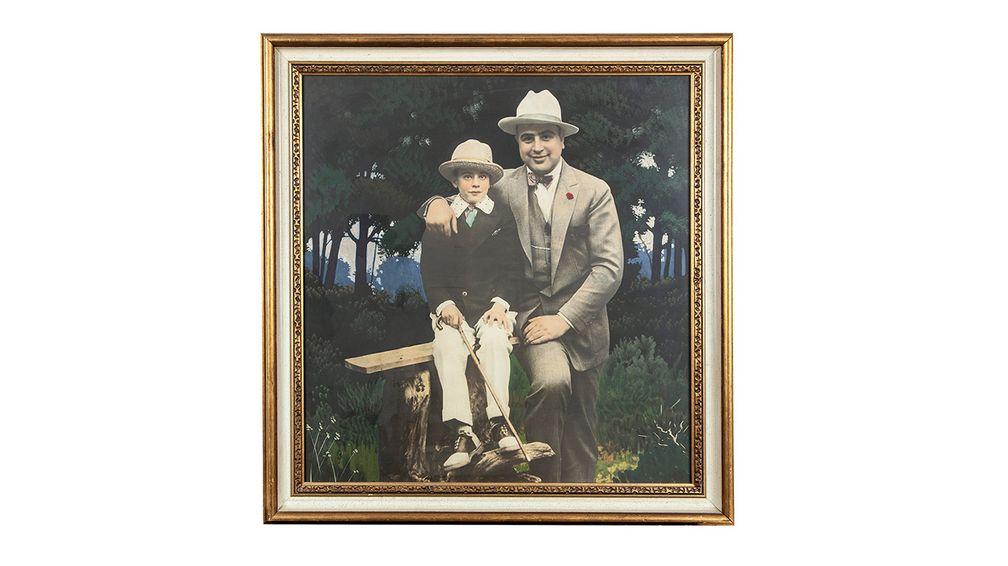 Винтажная серебряная гравюра ручной раскраски в рамке с изображением Аль Капоне и его сына Сонни в Хот-Спрингс, штат Арканзас, около 1925 года