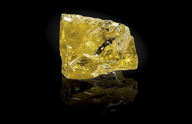 Необработанный желтый алмаз