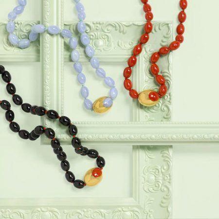Набор из трех ожерелий из золота 18 карат и бусин из синего кружевного агата, красной яшмы и черного оникса, подписанных Tiffany & Co., приписываемых Анджеле Каммингс
