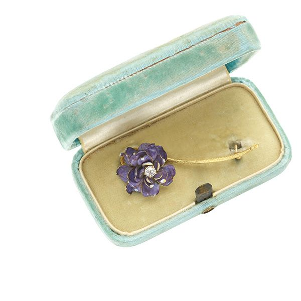 Брошь в виде цветка из 18-каратного золота с бриллиантом огранки старых шахт и лепестками из пурпурной эмали, Полдинг Фарнхем для Tiffany & Co., около 1900 года