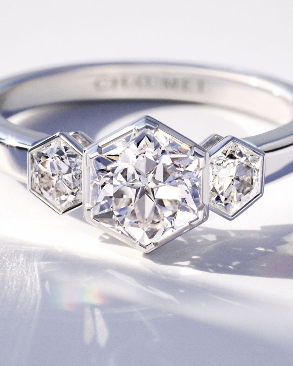 Кольцо-солитер Bee My Love от Chaumet из белого золота, украшенное бриллиантами огранки Taille Impératrice