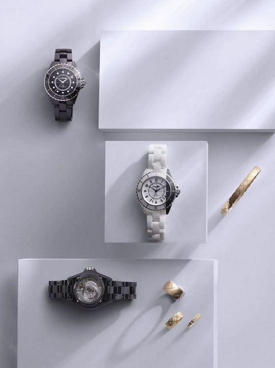 По часовой стрелке, сверху: часы J12 калибра 12.1 с часовыми метками с бриллиантами; браслет Coco Crush из бежевого золота; кольцо Coco Crush (мини) и кольцо Coco Crush (маленькое), оба из желтого золота с бриллиантами; кольцо Coco Crush (большое) из бежевого золота; часы J12 калибра 12.2 Edition 1 33 мм; часы J12 Paradoxe калибра 12.1