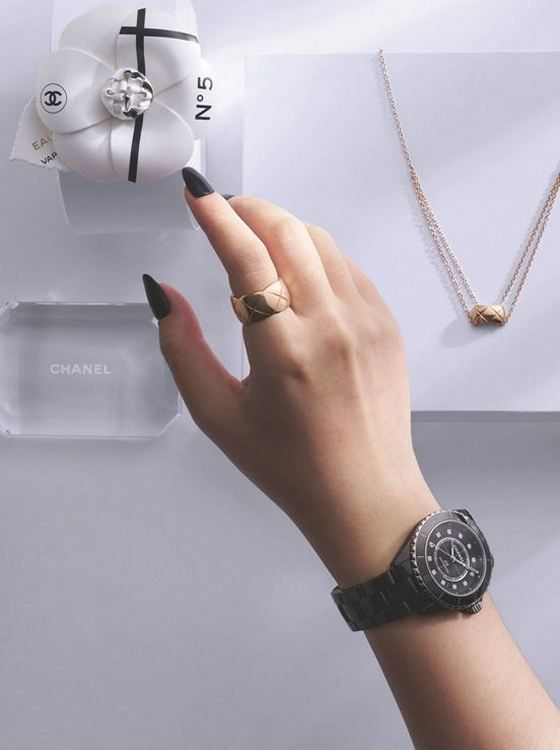 Сверху: кольцо Coco Crush (большое) и колье, оба из бежевого золота; часы J12 калибра 12.1 38 мм с часовыми метками с бриллиантами