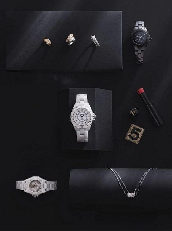 По часовой стрелке, сверху слева: кольцо Coco Crush Toi et Moi (маленькое) из бежевого золота с бриллиантами; кольцо Coco Crush Toi et Moi (большое) из бежевого и белого золота с бриллиантами; кольцо Com te Chevron из белого золота с бриллиантами; часы J12 калибра 12.2 Edition 1 33 мм; часы J12 калибра 12.1 38 мм; колье Coco Crush из белого золота с бриллиантами; часы J12 калибра 12.2 Edition 1 33 мм