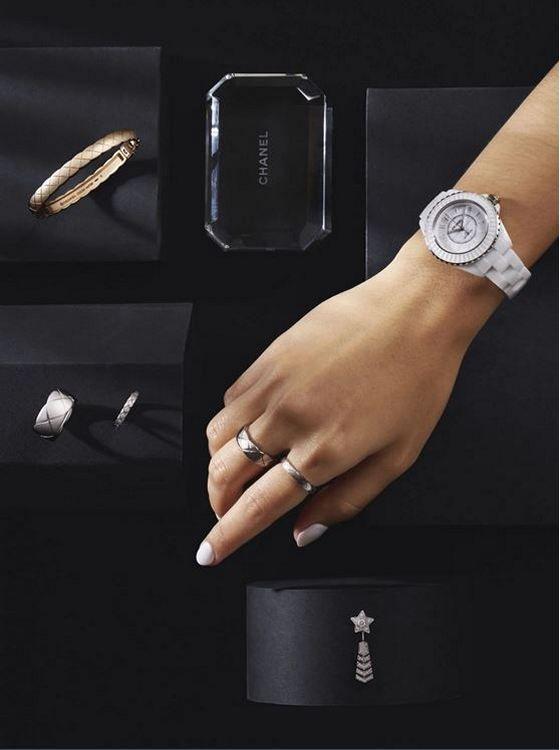 По часовой стрелке, сверху слева: браслет Coco Crush из бежевого золота; часы J12 калибра 12.2 Edition 1 33 мм; кольцо Coco Crush (большое) из белого золота; кольцо Coco Crush (мини) из белого золота с бриллиантами; кольцо Coco Crush (маленькое) из белого золота; кольцо Coco Crush (мини) из белого золота с бриллиантами; серьга Com te Chevron из белого золота с бриллиантами