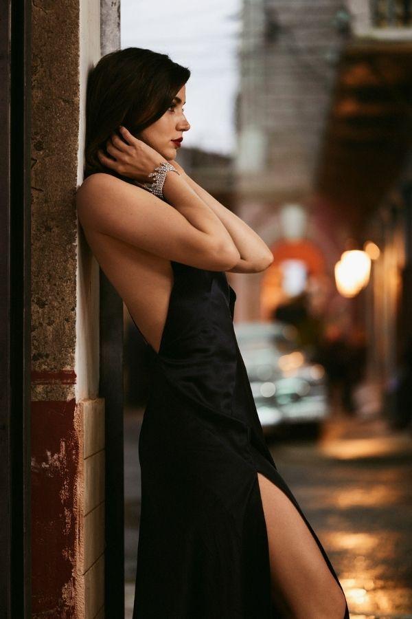 Ана де Армас носит украшения из коллекции Green Carpet от Chopard в фильме «Не время умирать»