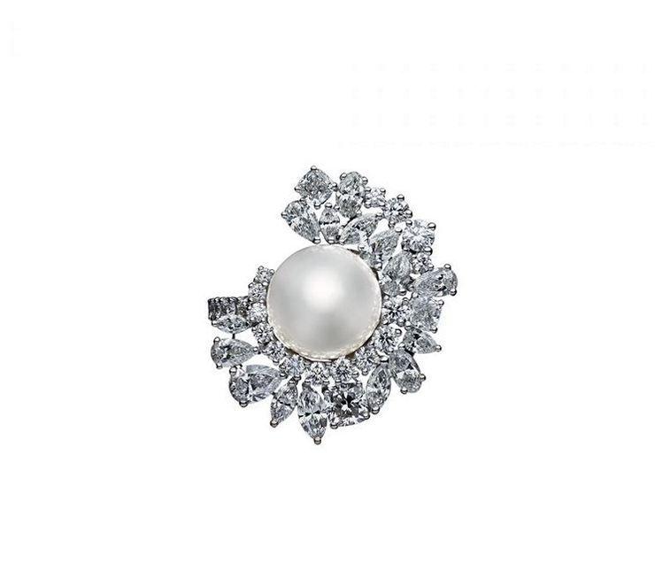 Кольцо Joaillerie Tie and Dior от Dior из белого золота с белым культивированным жемчугом и бриллиантами
