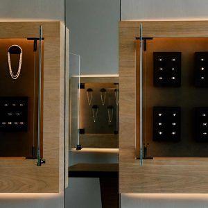 Компания Vrai создала настенные дисплеи для выращенных в лаборатории бриллиантов и ювелирных изделий, чтобы демонстрировать их как произведения искусства